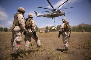 U.S. Marines observe CH-53E Super Stallion lift a 12,000 pound target.の写真素材 [FYI02107277]