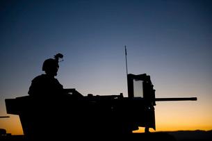 A U.S. Marine keeps watch during a security halt.の写真素材 [FYI02107319]