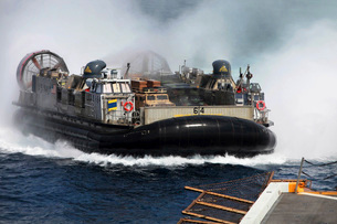 A landing craft air cushion transits at high speed.の写真素材 [FYI02107323]