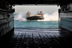 A landing craft air cushion prepares to enter the well deck of USS Pearl Harbor.の写真素材 [FYI02107325]