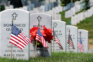 American flags placed in the front of headstones at Arlington National Cemetery.の写真素材 [FYI02107330]