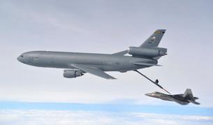 A KC-10 Extender refuels an F-22 Raptor.の写真素材 [FYI02107368]