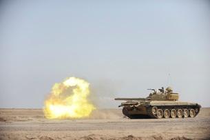 An Iraqi T-72 tank fires at the Besmaya Gunnery Range, Iraq.の写真素材 [FYI02107466]