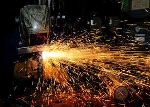 Hull Maintenance Technician welds scrap metal.の写真素材 [FYI02107493]