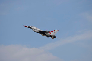 An F-16 of the United States Air Force Thunderbirds.の写真素材 [FYI02107502]