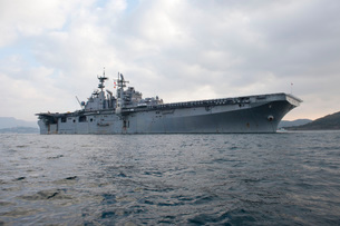 The amphibious assault ship USS Bonhomme Richard.の写真素材 [FYI02107541]