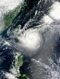 Typhoon Tembin hovers over the western Pacific Ocean.の写真素材 [FYI02107567]