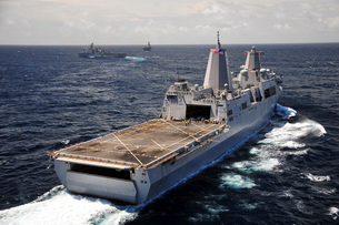 Rear view of USS Green Bay with a convoy of ships in the Indian Ocean.の写真素材 [FYI02107586]
