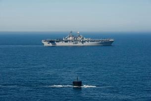 USS Hampton transits alongside USS Makin Island.の写真素材 [FYI02107588]
