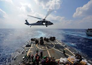 An MH-60R Sea Hawk transfers supplies to the flight deck of USS Wayne E. Meyer.の写真素材 [FYI02107745]
