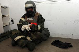Airman dons his chemical warfare defense ensemble.の写真素材 [FYI02107759]