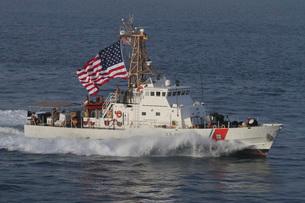 he U.S. Coast Guard Cutter Adak  transits at maximum speed.の写真素材 [FYI02107774]