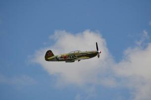 A vintage warbird in flight near Lakeland, Florida.の写真素材 [FYI02107775]