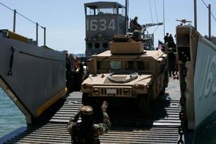 U.S. Marines load an M1114 Humvee onto a landing craft utility.の写真素材 [FYI02107789]