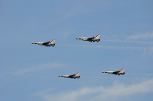 The U.S. Air Force Thunderbirds fly in formation.の写真素材 [FYI02107809]