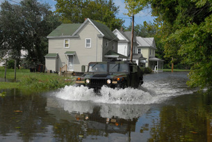 A humvee drives through the floodwaters in Salisbury, Maryland.の写真素材 [FYI02107813]
