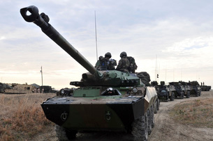 French Marines lead a convoy of combat vehicles during Exercise Bold Alligator 2012.の写真素材 [FYI02107817]