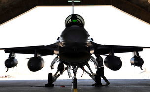 A technician performs a post flight check on an F-16 Fighting Falcon.の写真素材 [FYI02107827]