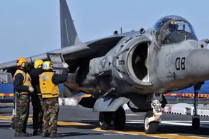 Airmen show flight information to an AV-8B Harrier pilot.の写真素材 [FYI02107829]
