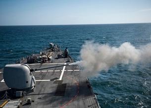 An Mk-45 lightweight gun is fired aboard guided missile destroyer USS Arleigh Burke.の写真素材 [FYI02107859]