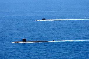 Attack submarine USS Alexandria alongside Brazilian submarine BNS Tikuna.の写真素材 [FYI02107885]