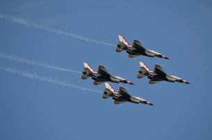 The U.S. Air Force Thunderbirds fly in formation.の写真素材 [FYI02107901]