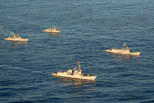 Multinational Navy ships move into formation during UNITAS 52 in the Atlantic Ocean.の写真素材 [FYI02107904]