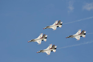 The U.S. Air Force Thunderbirds fly in formation.の写真素材 [FYI02107976]