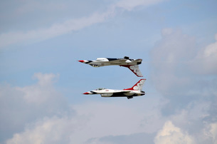 The U.S. Air Force Thunderbirds in calypso formation.の写真素材 [FYI02107980]