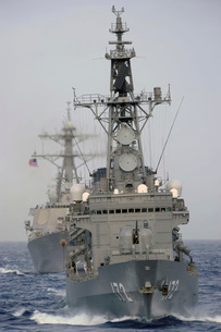 JDS Shimakaze sails in formation with U.S. Navy and Japan Maritime Self Defense Force ships.の写真素材 [FYI02107990]