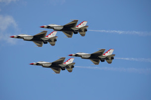 The U.S. Air Force Thunderbirds fly in formation.の写真素材 [FYI02108015]