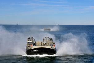 A group of landing craft air cushions transit the Atlantic Ocean.の写真素材 [FYI02108031]