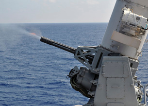 A close-in weapons system aboard the amphibious transport dock ship USS Denver.の写真素材 [FYI02108035]