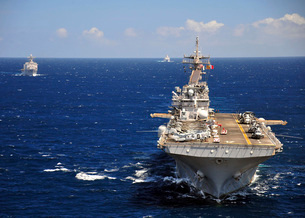 USS Boxer leads a convoy of ships in the Indian Ocean.の写真素材 [FYI02108084]
