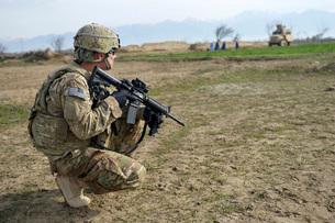 U.S. Soldier patrols a village in Afghanistan.の写真素材 [FYI02108085]