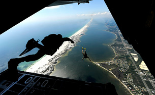 U.S. Airmen jump out of a C-130 Hercules.の写真素材 [FYI02108113]