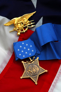 Close-up of the Medal of Honor award and American flag.の写真素材 [FYI02108118]