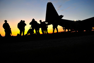 U.S. special forces soldiers prepare to board a KC-130 aircraft.の写真素材 [FYI02108149]