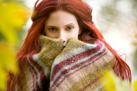 Portrait of a young woman wrapped in a blanketの写真素材 [FYI02108442]