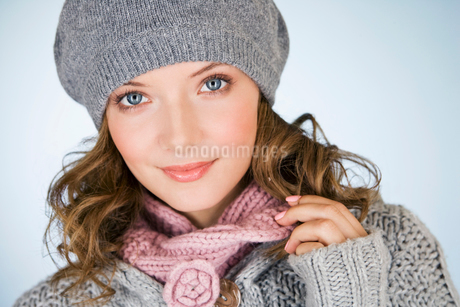 Portrait of a young woman wearing a grey woollen hatの写真素材 [FYI02109306]