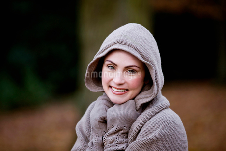 A woman wrapped up in warm clothes in autumn timeの写真素材 [FYI02109527]
