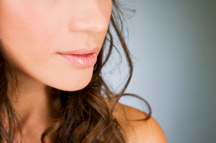 A young woman's mouth and nose, close-upの写真素材 [FYI02109672]