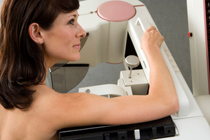 Patient having breast scan in hospital, profileの写真素材 [FYI02110082]