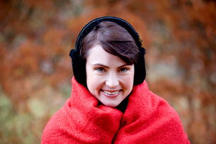 A woman wrapped up in a blanket wearing earmuffsの写真素材 [FYI02110209]