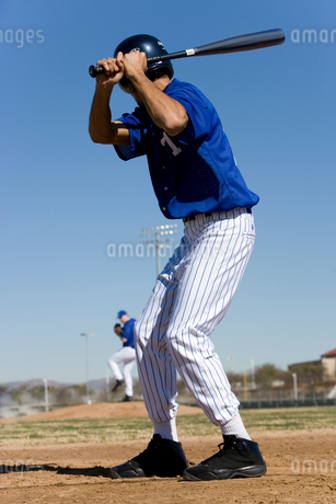 Baseball batter facing pitcher during competitive game, focus on foreground, rear viewの写真素材 [FYI02110937]
