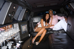 Young couple in limousine, smiling, portraitの写真素材 [FYI02111728]