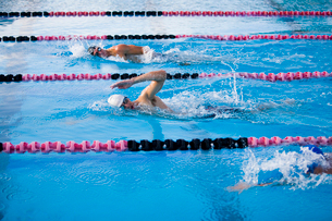 Young male swimmers competing in swimming raceの写真素材 [FYI02111810]