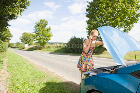 Woman With Broken Down Car Phoning For Assistanceの写真素材 [FYI02112107]