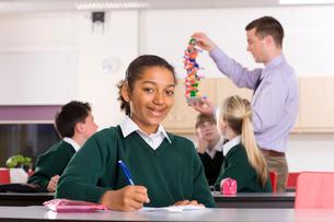 Students watching biology teacher demonstrating a DNA modelの写真素材 [FYI02112122]