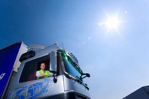 Truck driver driving semi-truckの写真素材 [FYI02112181]
